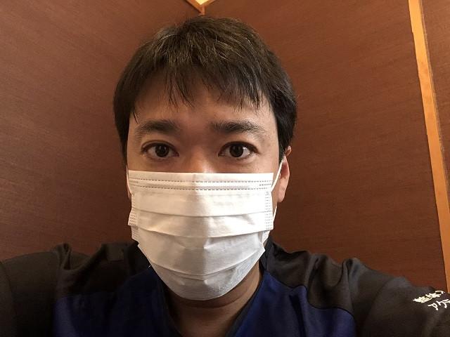 施術者はマスクを着用しています